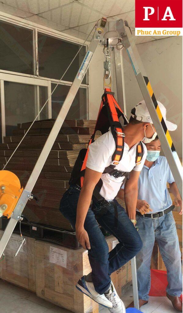 ứng hộ giá cứu hộ và bộ dây đai an toàn